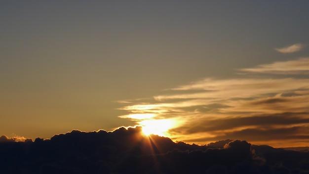 Słońce wschodzi z chmurą rano w japonii