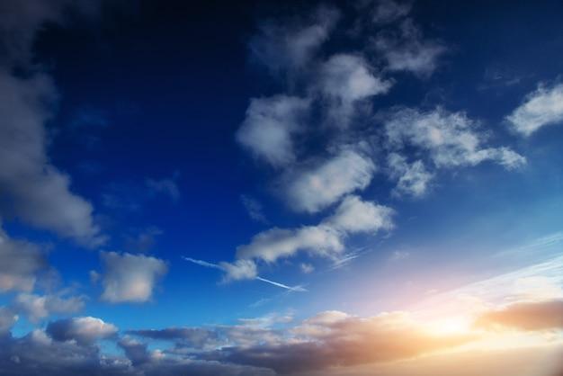 Słońce zachodzi w chmurach. świat piękna