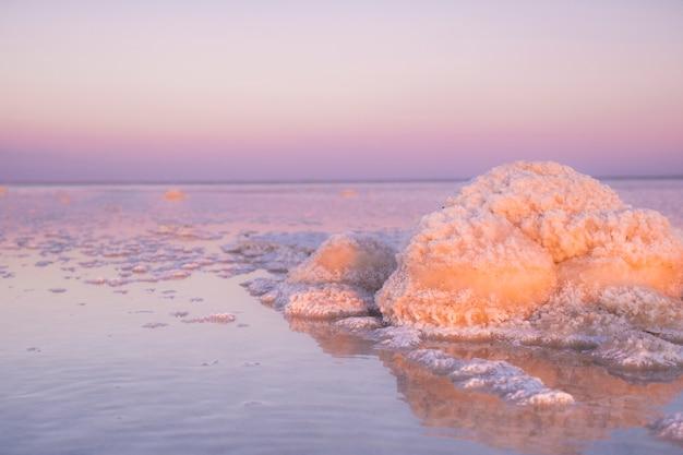 Słone jezioro baskunchak. podróżuj po rosji. sól. zdjęcie soli kamiennej w przyrodzie.