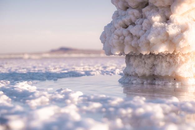 Słone jezioro baskunchak w rosji. piękny krajobraz. tekstura soli. zdjęcie minerałów.