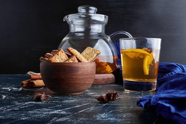 Słone krakersy ze szklanką lemoniady.