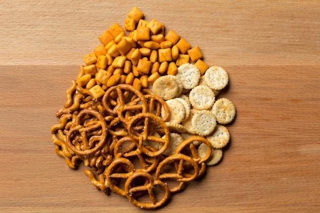 Słone przekąski. precle, frytki, krakersy