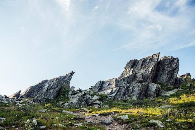 Słoneczna góralska sceneria z zaostrzonymi kamieniami o nietypowym kształcie
