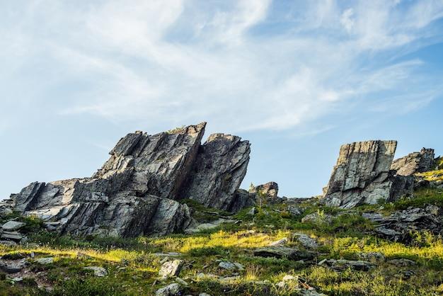 Słoneczna góralska sceneria z zaostrzonymi kamieniami o nietypowym kształcie.