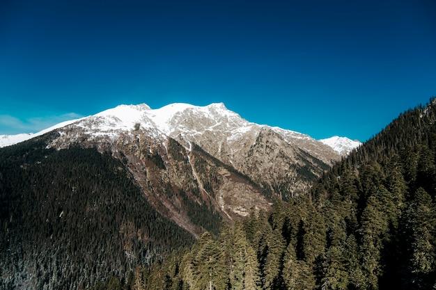 Słoneczna pogoda w górach. piękny krajobraz skalistych szczytów górskich.