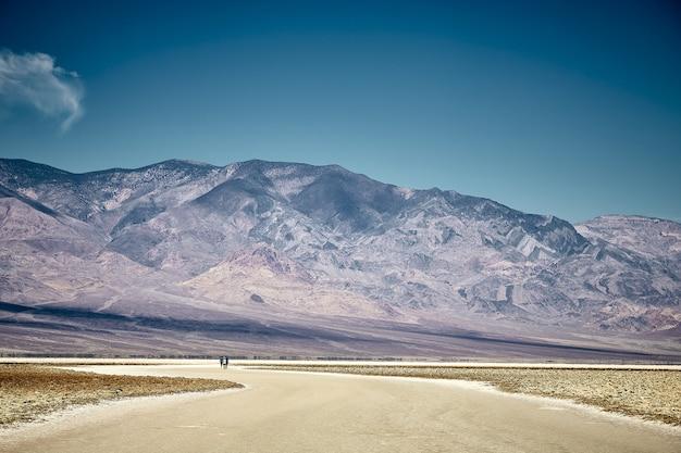 Słoneczna sceneria basenu badwater w parku narodowym doliny śmierci, kalifornia - usa