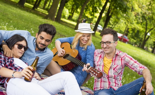 Słoneczna sceneria grupy młodych przyjaciół podczas zabawy w parku