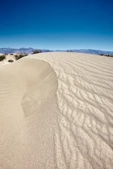 Słoneczna sceneria wydm mesquite flat sand dunes w parku narodowym doliny śmierci, kalifornia - usa