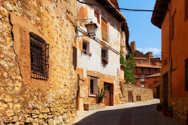 Słoneczna ulica hiszpańskiego miasta latem
