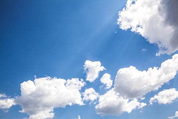 Słoneczne niebo. kompozycja natury.