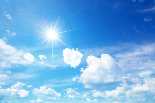Słoneczne niebo z chmurami
