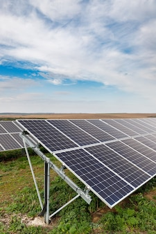 Słoneczne panele fotowoltaiczne na polu
