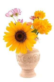 Słonecznik i dzikie kwiaty w wazonie na białym tle