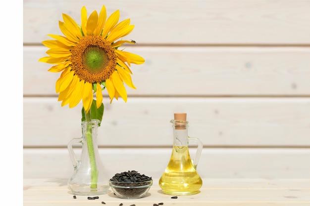 Słonecznik, pestki, złocisty olej w szklanym dzbanku. jesienne zbiory.