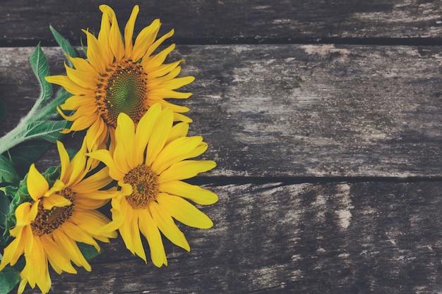 Słoneczniki na drewnianym stole