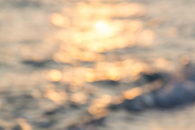 Słoneczny bokeh na tle wody