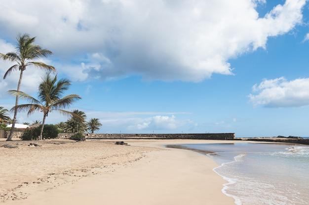 Słoneczny brzeg w costa teguise, lanzarote, wyspy kanaryjskie, hiszpania.