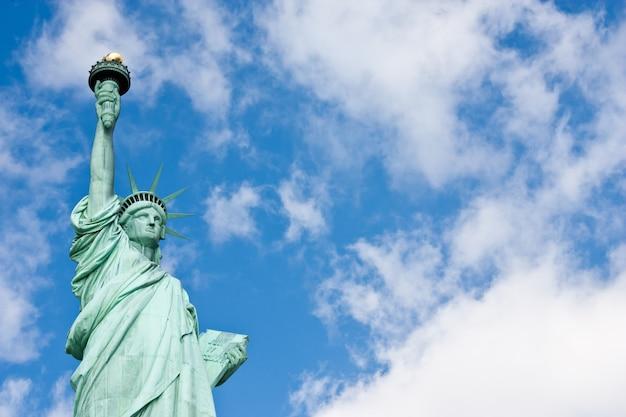 Słoneczny dzień, błękitne niebo z chmurami: statua wolności z miejscem na kopię
