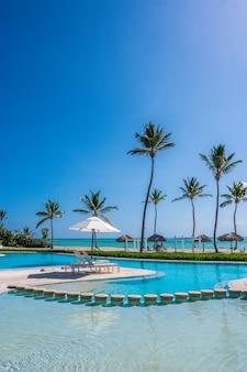 Słoneczny dzień na basenie w jednym z kurortów na karaibach