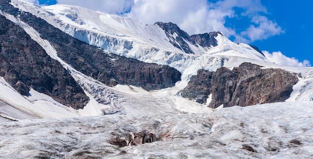 Słoneczny dzień na lodowcu aktru w górach ałtaju. zdjęcie wysokiej jakości