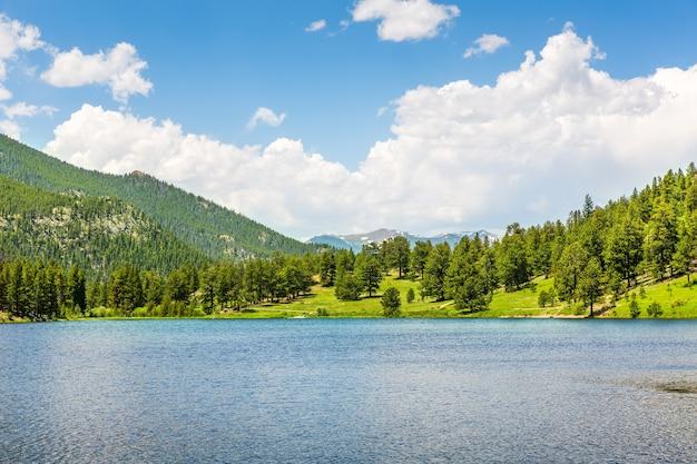 Słoneczny dzień w parku narodowym gór skalistych