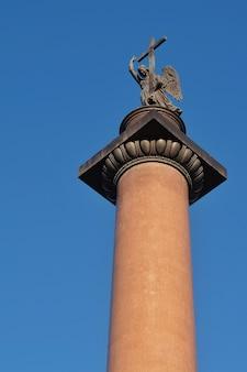 Słoneczny dzień w sankt petersburgu kolumna aleksandra na placu pałacowym plac dworcowaja