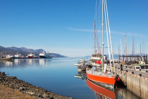 Słoneczny dzień w ushuaia jest stolicą prowincji tierra del fuego w argentynie.
