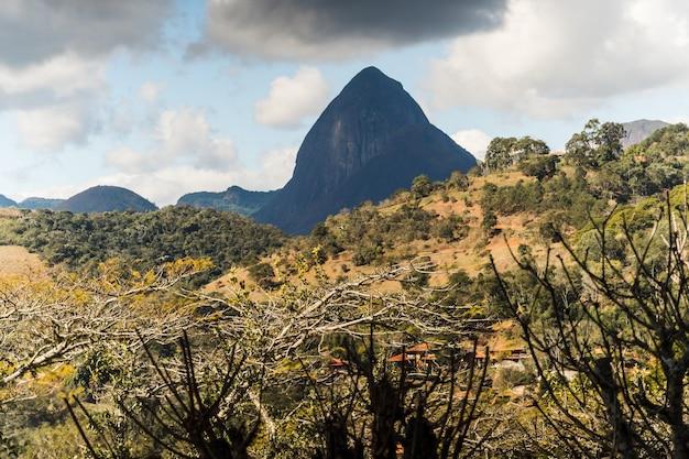 Słoneczny dzień z chmurami w górach i na wzgórzach w itaipava widok z lotu ptaka selektywna ostrość