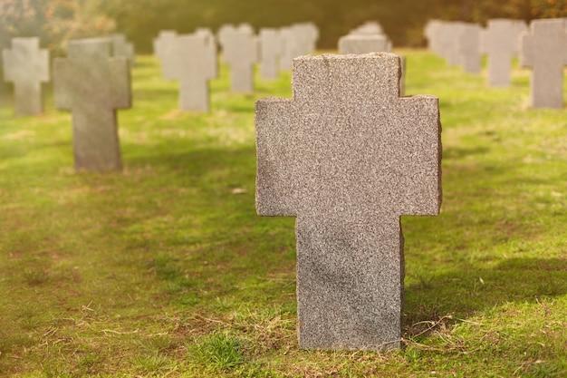 Słoneczny grób z kamiennym krzyżem