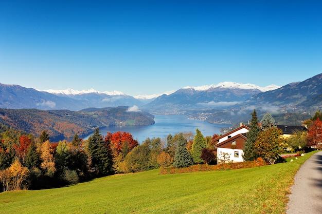 Słoneczny jesienny dzień nad jeziorem w górach