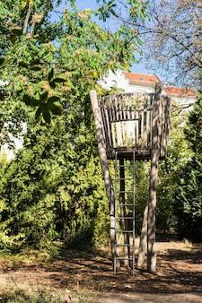 Słoneczny jesienny dzień w berlinie, plac zabaw dla dzieci w parku