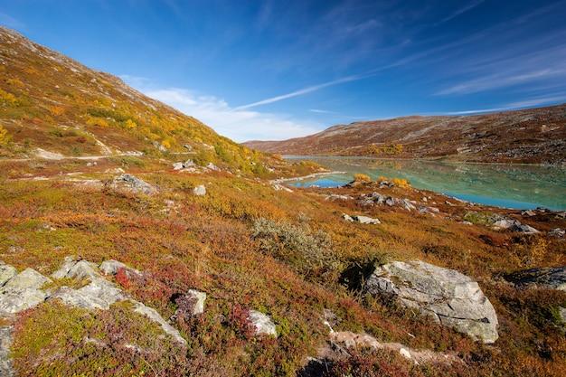 Słoneczny jesienny krajobraz norwegia gamle strynefjellsvegen