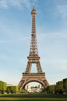Słoneczny poranek w paryżu i wieży eiffla, paryż, francja.