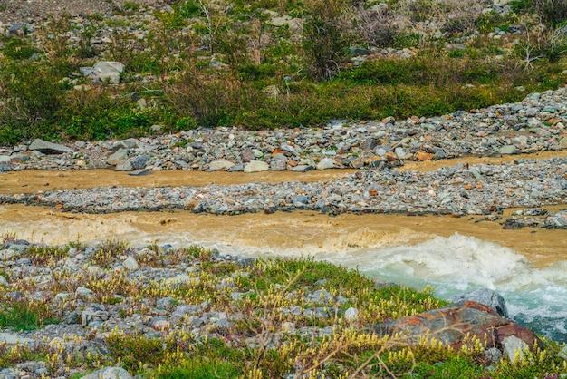 Słoneczny pstrokaty krajobraz u zbiegu trzech rzek. piękna żywa sceneria z trzema rzekami w tym samym kanale. trzy wielokolorowe górskie rzeki w tej samej linii wśród bogatej flory i pstrych kwiatów