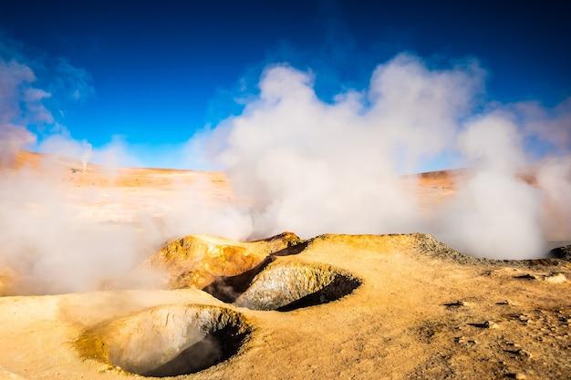 Słoneczny skalisty, parujący obszar gejzerów w boliwii?