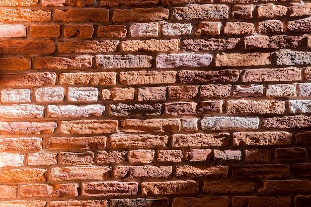 Słoneczny stary ceglany mur tło