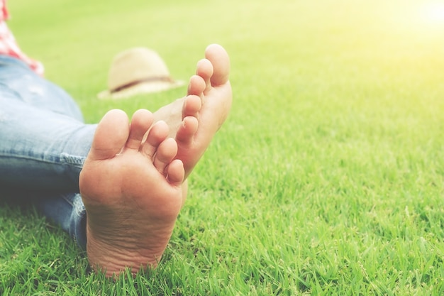 Słoneczny wypoczynek styl życia szuka patio kobiet