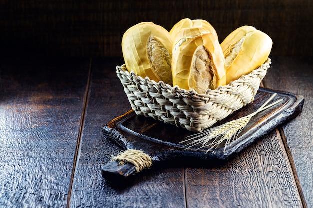 Słony chleb z brazylijskiej piekarni, zwany chlebem francuskim