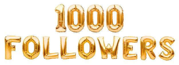 Słowa 1000 obserwujących wykonanych ze złotych nadmuchiwanych balonów na białym tle
