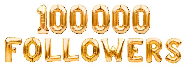 Słowa 100000 obserwujących wykonane ze złotych nadmuchiwanych balonów na białym tle