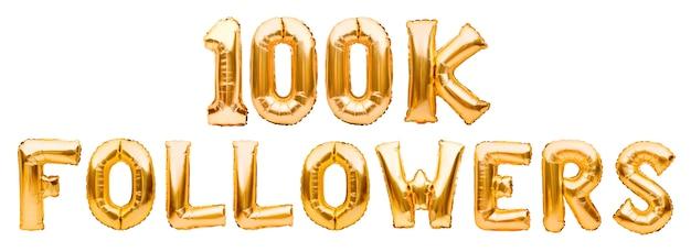 Słowa 100k obserwujących wykonanych ze złotych nadmuchiwanych balonów na białym tle