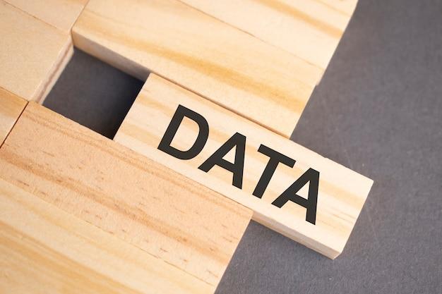 Słowa danych na drewnianych klockach na żółtym tle. koncepcja etyki biznesu.