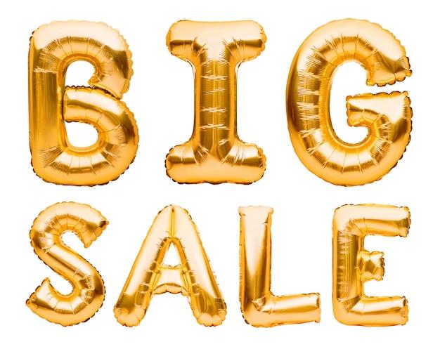 Słowa duża sprzedaż wykonana ze złotych nadmuchiwanych balonów na białym tle. balony helowe złota folia tworząca frazę super sprzedaż.