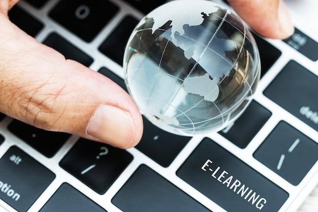 Słowa e-learning na wprowadź kluczowe przyciski klawiatury komputera laptop