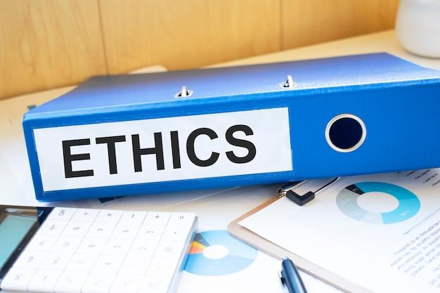 Słowa etyki na etykietach z segregatorami