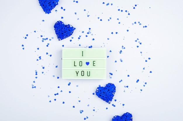 Słowa kocham cię na light boxie na jasnym tle. miejsce na tekst, abstrakcyjne treści.