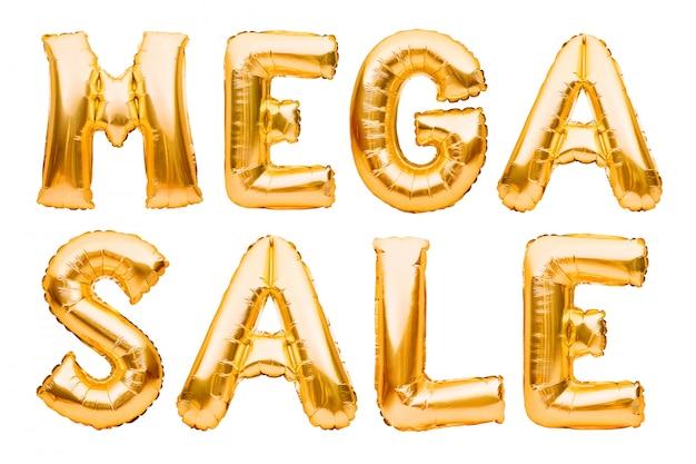 Słowa mega sprzedaż wykonane ze złotych nadmuchiwanych balonów na białym tle. balony helowe złota folia tworząca frazę super sprzedaż.