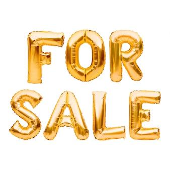 Słowa na sprzedaż wykonane ze złotych nadmuchiwanych balonów na białym. balony helowe złota folia tworzące słowa na sprzedaż. rabat i reklama