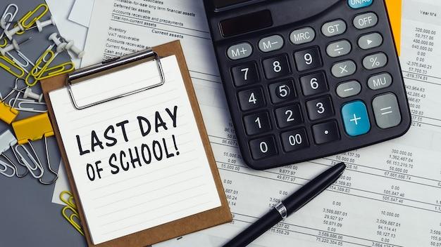 """Słowa """"ostatni dzień szkoły"""" zapisane na białym zeszycie. zbliżenie na osobistą agendę"""