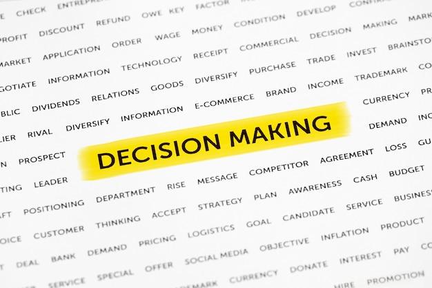 Słowa podejmowanie decyzji są wyróżnione markerem na papierze